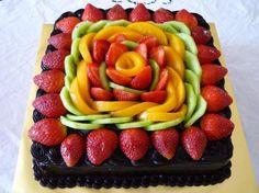 Fruits cake Fruit Tray Designs, Fruit Decorations, Food Decoration, Chocolate Fruit Cake, Chocolate Frosting, Food Trays, Fruit Platters, Fruit Creations, Fruit Dessert