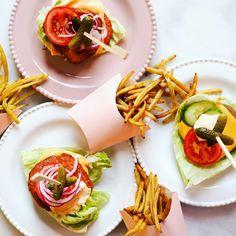 Vegetarisk hamburgare 🍔 Vi gjorde 2 alternativ, Halloumi och Quorn burgare 🍔 Snabb-picklad rödlök passade perfekt till 👏🏻 🍟Vaxbönor-pommes är hela familjens favorit.  • LCHF LCHQ