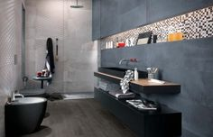 badfliesen-ideen-grau-glasmosaik-dunkel-sanitaer-schwarz-duschkabine-regendusche