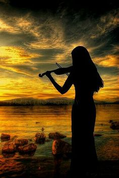 I'd love to take this picture and pose with my violin at the ocean. I like the black silhouette Musica Celestial, Graffiti Kunst, Cool Photos, Beautiful Pictures, Unchained Melody, Serenity, Art Photography, Silhouette Photography, Musicals