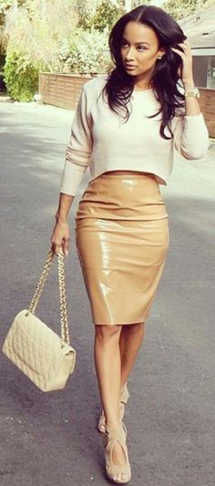 30 Leather Skirt Outfit Ideas For Every Fashionista -Relaxwoman Fashion Moda, Look Fashion, Autumn Fashion, Womens Fashion, Girl Fashion, Petite Fashion, Curvy Fashion, Style Work, Mode Style