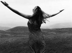 Darlene ensina que a verdadeira adoração ocorre quando o espírito adora e se une com o Espírito de Deus, quando a essência de nosso ser se encontra amando a Deus, perdida nele. Mesmo valorizando o louvor congregacional, Darlene reconhece que a adoração mais genuína acontece no secreto, na intimidade, individualmente, como adoradores de Cristo! Livro: Adoração Extravagante