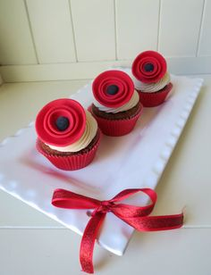 How to make a poppy cupcake topper • CakeJournal.com