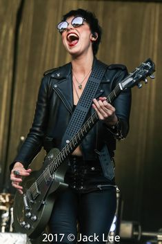 Get on the bus, lets get into the wild life Lzzy Hale, Guitar Girl, Halestorm, Female Guitarist, Biker Chic, Guitar Chords, Jimi Hendrix, Wild Life, Rockers