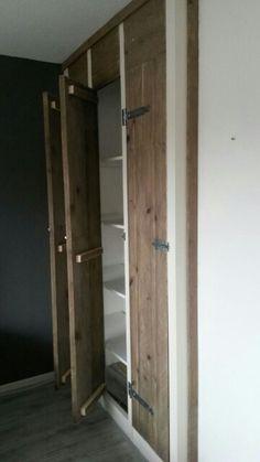 Make-over van ouderwetse louvre-deurtjes naar een stoere look van steigerhout.  Meer info via www.facebook.com/DeJongVintageDesign of DeJongVintageDesign@Gmail.com
