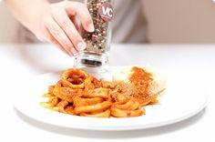 La salsa americana se hace con brandy o coñac, ajos, tomate, cebolla y vino blanco. Se acompaña con cefalópodos como es el caso de hoy, bogavante, langosta, etc
