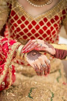So beautiful mehindi Indian Wedding Poses, Indian Bridal Photos, Indian Wedding Couple Photography, Bridal Pictures, Desi Wedding, Bridal Photography, Indian Weddings, Marriage Girl, Indian Marriage