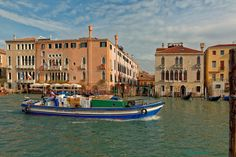 Ca' Sagredo : pink Palace On the right : Fosca Palace Between the palaces we see the Campo Santa Sofia - François de Nodrest / Pantchoa - All rights reserved. Grand Canal, Pink Palace, Italy Art, Italy Fashion, Venice Italy, Holiday Destinations, Palaces, Places Ive Been, Carnival