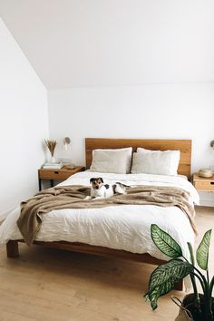 Soft linen sheets, comfy blankets, and cuddly cushions. Getting out of bed in the morning just got that much more difficult. Featuring linen bedding in white and natural hues.