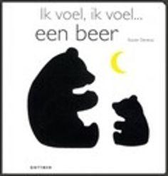 Ik voel, ik voel... een beer van Xavier Deneux. De zwarte kat besluipt het witte muisje en de zwarte vleermuis vliegt voor de maan terwijl de witte uil op een tak zit. Vierkant hardkartonnen prentenboek met gestileerde illustraties in zwart-wit en voelelementen voor alle dieren. Vanaf ca. 1,5 jaar.