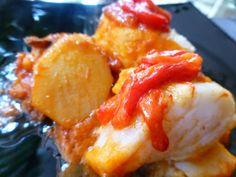 Bacalao con tomate, patatas y pimientos rojos