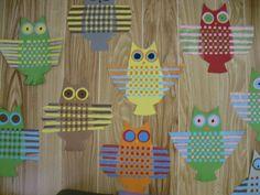 Pöllöjä Taika -lehden (2013) ideasta. Paperin kun taittaa kahtia ja leikkaa taitekohdasta, saa viilot. Pujotusapuna voi käyttää vaikka paperiliitintä. (Marja Wargh / Alakoulun aarreaitta FB -sivusto)