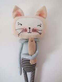 Very cute cat. The body fabric's tea colored and I like how the face's left white. And how it's added. Very nice collar as well!!!