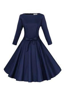 Schwarzes kleid mit blauen blumen