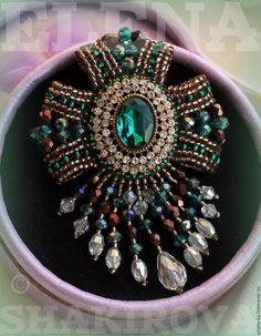 Купить или заказать Брошь-орден 'Emerald Queen' в интернет-магазине на Ярмарке Мастеров. Роскошная изумрудная брошь- пример королевской драгоценности с точки зрения декоративно-прикладного искусства. Это нереально красивое, трендовое украшение подчеркнет вашу индивидуальность, украсит образ и ст…