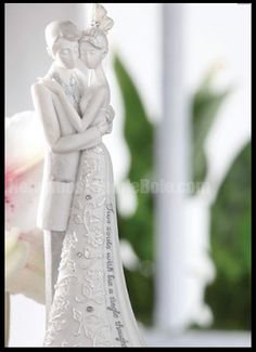 Recordar os bons momentos é essencial para ter sempre um sorriso nos olhos. Tenha sempre uma recordação linda, como este casal de noivinhos!  www.noivinhostopodebolo.com