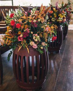 """163 curtidas, 5 comentários - As Floristas por Carol Piegel (@asfloristas) no Instagram: """"Cerimônia em estilo lounge! Com os móveis da @maderaeventos que são lindos! E o projeto do…"""" Planter Pots, Lounge, Floral, Instagram, Design, Florists, Style, Airport Lounge, Drawing Rooms"""