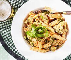 Vegetarisk, snabblagad och smakrik pastarätt som lätt kan stå på bordet om en kvart! Medan pastan kokar blandas en röra av kvarg och pesto arrabiata, som därefter blandas med pastan. Enklare och godare blir det inte! Vill man så kan självklart salami, skinka eller kyckling adderas till.