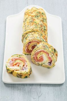 Herbal omelette rolls with salmon Lunch Snacks, Snacks Für Party, I Love Food, Good Food, Yummy Food, Omelette, Sushi, Cooking Recipes, Healthy Recipes