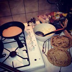 Havermout pannenkoeken. Havermout, magere/amandelmelk, eieren. Eventueel app erdoor. Kaneel en honing erop. #healthyfood