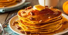 Cette recette de pancakes à la citrouille est parfaite pour faire plaisir à vo… This pumpkin pancake recipe is perfect for making your friends happy for brunch. If you want to bring the scents of autumn to breakfast, this is the recipe that you need! Pecan Pancakes, Almond Flour Pancakes, Pumpkin Pancakes, Pancakes Easy, Whole Wheat Pancakes, Pancake Muffins, Pancake Stack, Blueberry Pancakes, Keto Pancakes