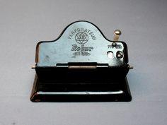 Ancien perforateur ou perforatrice 2 trous noire en métal . Marque Robur Unis…