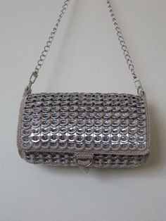 Can tab maille purse. Soda Tab Crafts, Can Tab Crafts, Beaded Purses, Crochet Purses, Pop Tab Purse, Pop Can Tabs, Macrame Supplies, Soda Tabs, Pop Cans