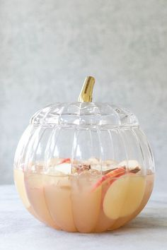 17 Thanksgiving Punch Recipes for a Crowd A good Thanksgiving meal includes family, friends, great food and flowing drinks. These Thanksgiving punch recipes are easy to prepare, and fit for a crowd. Thanksgiving Punch, Thanksgiving Recipes, Fall Recipes, Great Recipes, Punch Recipe For A Crowd, Punch Recipes, Food For A Crowd, Drink Recipes, Dessert Recipes