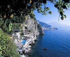 Um café da manhã com essa vista cura qualquer mau humor, né? Esse é o Hotel Santa Caterina, na Itália.