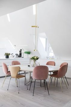 PK54 table by Poul Kjærholm and Series 7 chair by Arne Jacobsen from Fritz Hansen and Beetle chair by GamFratesi from Gubi   white dining with blush chairs
