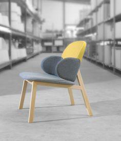 Chaise #design #contemporaine avec accoudoirs arrondis et une structure #bois