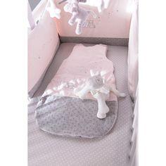 Le tour de lit Poudre d'étoiles Rose par Noukie's est si doux et soyeux qu'il transportera bébé au pays des rêves. Il se noue très facilement autour du lit pour protéger l'enfant en cas de nuits agitées.