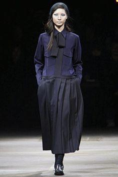 Yohji Yamamoto  Fall 2010 - ce bleu + le noir !!