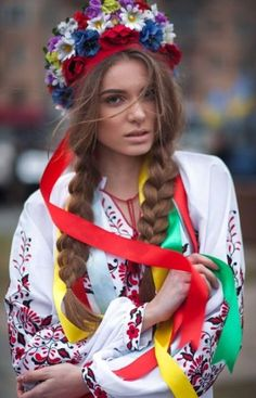 Sultry and colorful costume from Ukraine, from Iryna Mode Russe, Folk Costume, Costumes, Beautiful People, Beautiful Women, Ethno Style, Traditional Dresses, Lady, Beauty Women
