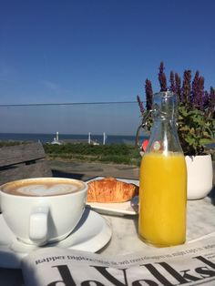 What a perfect way to start your weekend.. Hello FRIDAY! #breakfast #beach #summertime #vrijmibo