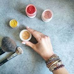 Poudre libre matifiante PEAU DE PECHE  Certainement le produit make-up le plus simple à réaliser ! Pour cette poudre j'ai utilisé de l'amidon de maïs (aka Maïzena) et de l'argile blanche qui vont venir absorber l'excès de sébum et matifier le teint. Il suffit ensuite de rajouter des pigments pour obtenir la teinte souhaitée. Ici c'est un mélange d'ocre rouge, jaune et de mica beige nude. Mieux vaut avoir la main légère sur les pigments pour éviter le teint effet masque béta-caroténe. On…