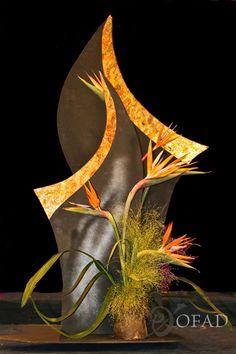 Organization of Floral Art Designers Art Floral, Floral Style, Floral Design, Modern Flower Arrangements, Vase Arrangements, Art Flowers, Flower Art, Sogetsu Ikebana, Pomegranates