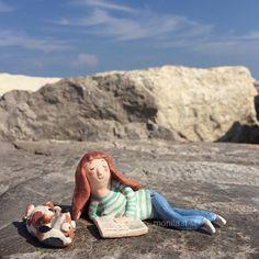 Monila handmade,ceramica,ragazza con cane,libro,leggere