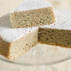Torta piccola al grano saraceno e mandorle tritate e spolverizzata con zucchero a velo.
