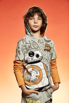 Gray T-shirt with orange sleeves and a BB8 print. Ideal for Star Wars fans!