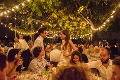 Boda elegante en el Hotel Miramar en Barcelona. Guirnaldas de luces, iluminación. Bride and groom. Elegant and romantic destination wedding with string lights in Barcelona at Hotel Miramar (Barcelona).