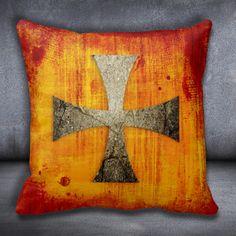 Det finnes veldig mange versjoner av korstegnet og mange av dem er symmetriske. Det vil si at alle armer er like lange men skal representere korset som Jesus døde på. Templar ridderne brukte dette symbolet på skjold, klær, ringer og annet. Tegnet kan i dag finnes i smykker og i kunst. Her kan du få den på en pyntepute.  http://www.prdart.com/shop/templars-kors-2/