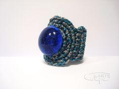 Anillo de crochet con pieza de vidrio de color azul. http://calpearts.blogspot.com.es/p/pendientes.html