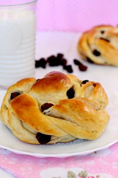 Bollos suizos con arándanos por Lolita la pastelera Sweet Bread, Diy Food, No Bake Desserts, Cinnamon Rolls, Organic Recipes, Bagel, Breakfast Recipes, Easy Meals, Brunch