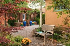 A great alternative to Santa Fe hotels, El Farolito Bed & Breakfast Inn is a luxury Santa Fe bed and breakfast featuring eight rooms. New Mexico Style, New Mexico Homes, Sante Fe New Mexico, Santa Fe Decor, Stucco Homes, Front Courtyard, Santa Fe Style, Garden Urns, Hacienda Style