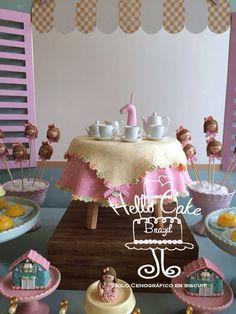Bolo cenográfico Mesa para Chá de Boneca, feita em biscuit, para LOCAÇÃO. Incluído a miniatura de jogo de chá de porcelana.