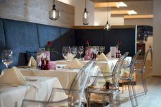 Restaurant im Quellenhof Leutasch in Tirol!  #restaurant #kulinarik #gourmet #culinary #gemütlich #essen #dinner #abendessen #lunch #mittagessen #hotel #resort #tirol #österreich #auszeichnung #urlaub #wellnesshotel #leadingsparesorts #leadingspa #romantikurlaub #kulinarikurlaub #healthy Wellness Hotel Tirol, Conference Room, Restaurant, Table, Furniture, Home Decor, Gourmet, Eat Lunch, Dinners