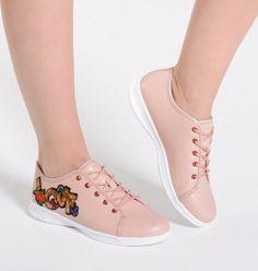 27358ae92c Tênis rosa com aplicação de patch LOVE na lateral. Sneakers
