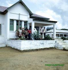Pabellon central de la leprosería Mikomeseng en Región Continental con misioneros y leprosos