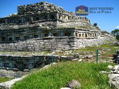 """Zonas arqueológicas. EL MEJOR HOTEL EN PUEBLA. Yohualichan, palabra proveniente del náhuatl que significa """"lugar de noche"""", es una zona arqueológica que se encuentra en el pueblo mágico de Cuetzalan y fue un importante centro ceremonial de la cultura totonaca. En Best Western Hotel Real de Puebla, le sugerimos que la próxima vez que viaje a nuestro estado, visite este sorprendente lugar. #bestwesternenpuebla"""